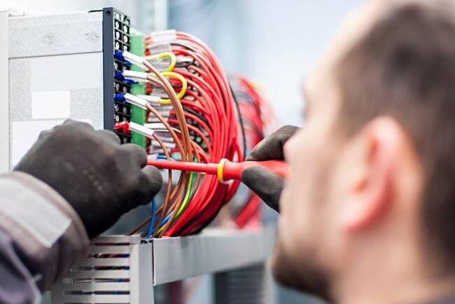 Elektriker som vill arbeta i rep! image