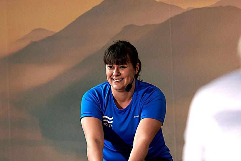 Gruppträningsinstruktör i cykel image